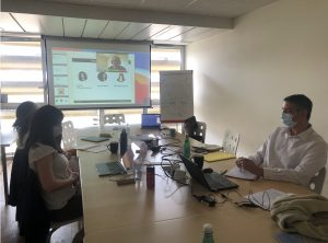 Photo de la formation. 3 personnes et écran de projection